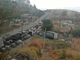 Trânsito é complicado na manhã desta segunda-feira na Via Expressa de Contagem