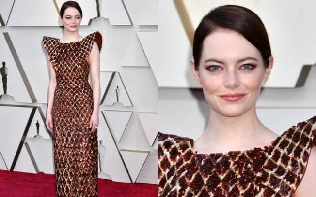Looks das famosas: a atriz Emma Stone compareceu à premiação do Oscar com um vestido Louis Vuitton em tons terrosos