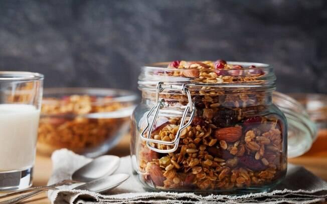 Um dos benefícios da granola é a praticidade. Já existem diversas marcas no mercado, com as mais diversas receitas e ingredientes, dos básicos ao mais exclusivos. No caso da Tia Sônia, as granolas são o carro chefe da marca