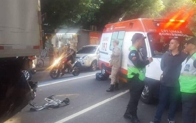 Andador da vítima ficou destruído e o caminhão interditou parcialmente a via
