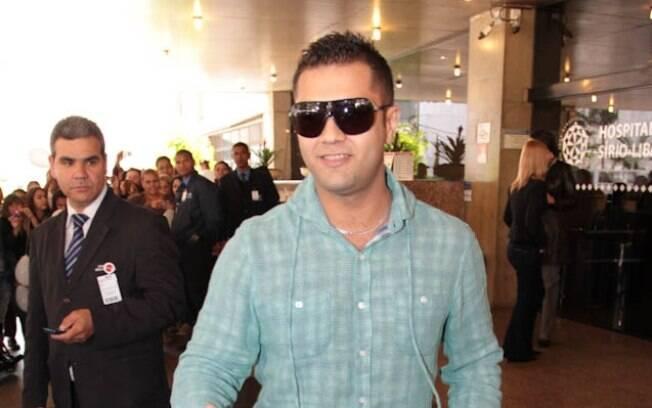 Thiago, primo de Pedro, chega ao hospital para acompanhar a alta: