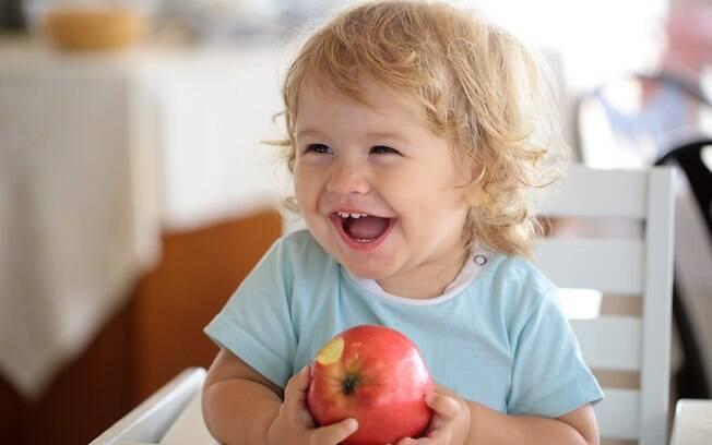 Alimentos como maçã crua, pipoca e uva devem ser evitados para crianças pequenas, pois podem causar engasgo