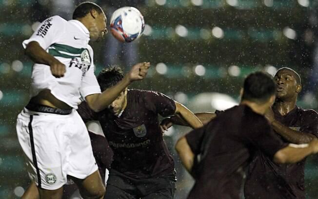 Zagueiro Pereira cabeceia na vitória do  Coritiba