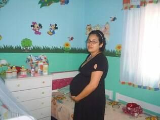 Janaína grávida no quarto verde...