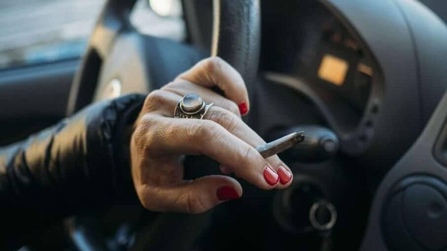 Quem for pego fumando ao volante pode levar multa de R$ 130,16 e mais 4 pontos na CNH