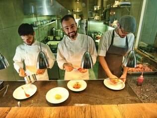 No time do chef Leonardo Paixão, Jorge Ferreira e Carlos Correia têm funções bem determinadas como sous chefs
