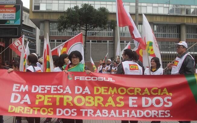 Ativistas de RS defendem a democracia e a Petrobras. Foto: José Carlos Daves/Futura Press - 3.10.15