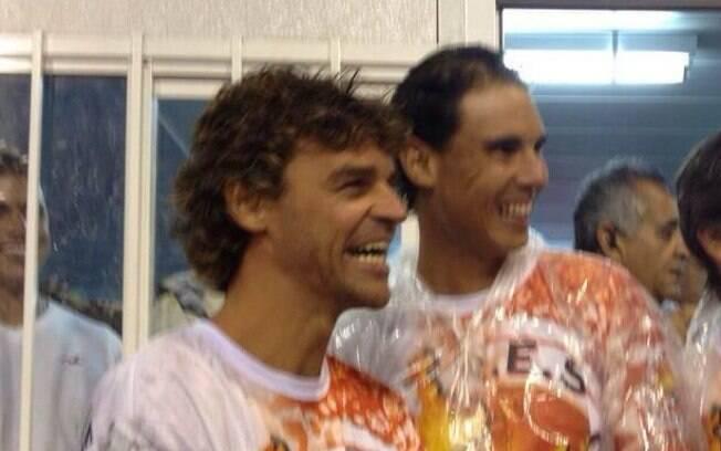 O terceiro melhor tenista do mundo (à direita) dá risada com Kuerten antes de entrar na passarela