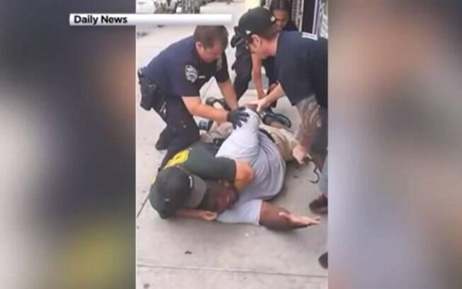'Não consigo respirar', gritou Eric Garner no chão após ser imobilizado por policial; ele foi declarado morto horas depois