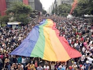 Bandeira do orgulho gay estendida durante a parada, em São Paulo