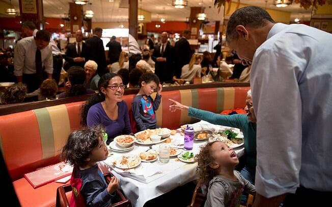 Menina conversa com Obama em lanchonete do Brooklyn, Nova York (25/10/2013)