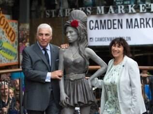 Os pais de Amy Winehouse (1983-2011), Mitch e Janis, posam ao lado da homenagem à cantora