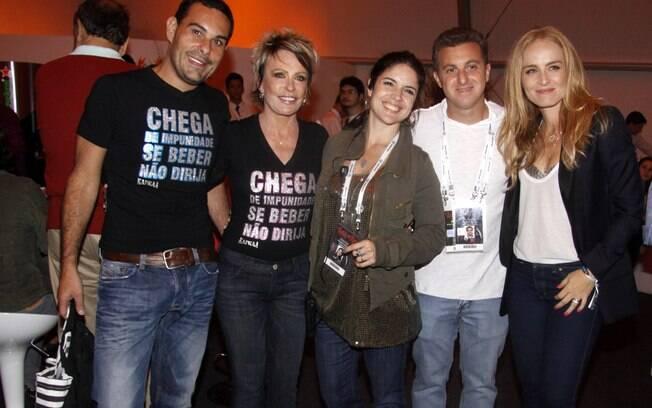 Marcelo Frisoni, Ana Maria Braga, Luciano Huck e Angélica cercam uma das organizadoras do evento