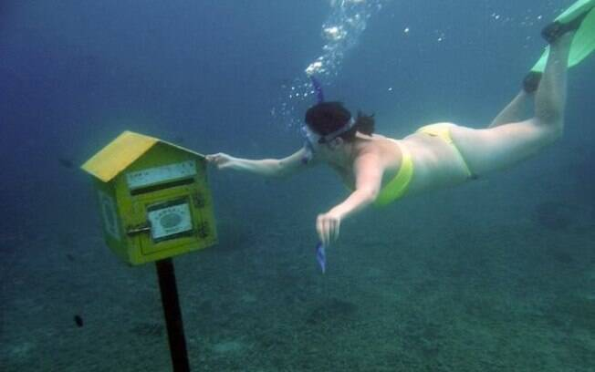 É possível enviar cartões postais debaixo d'água na Agência de Correio Subaquática da Hideaway island, em Vanuatu. Foto: Divulgação