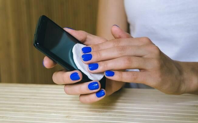 O álcool isopropílico também pode ser utilizado para efetuar a limpeza da tela touch screen
