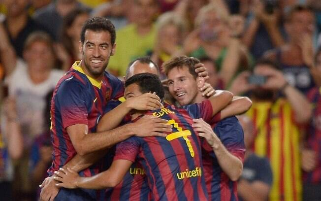Jogadores do Barcelona comemoram gol de  Messi, o primeiro na vitória sobre o Santos no  Camp Nou