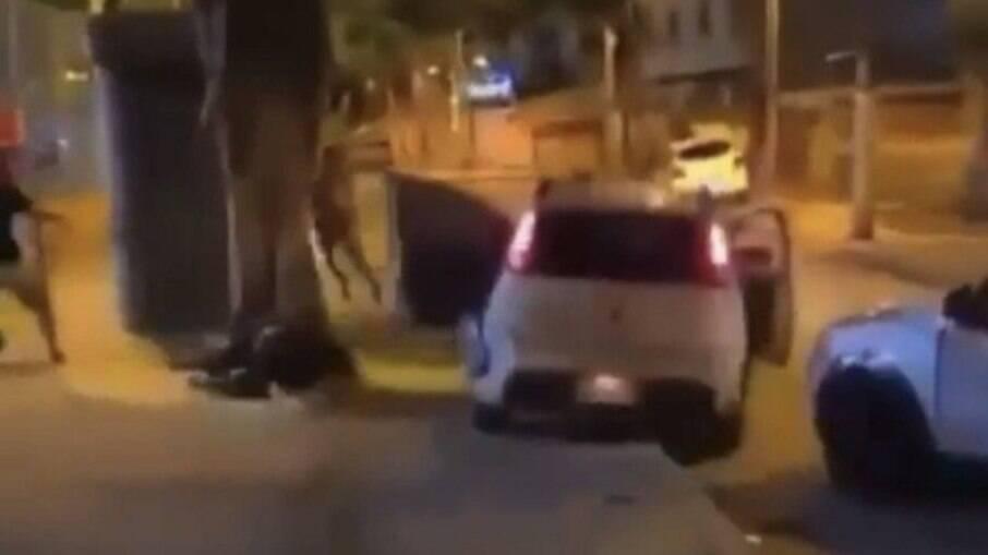 Nas imagens, é possível ver o momento em que o veículo sobe na calçada e atinge as pessoas