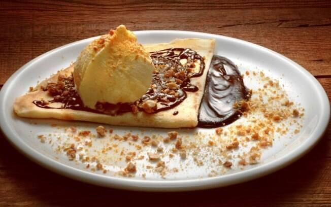 Crepe de chocolate com crocante e sorvete de creme