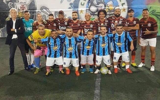 Sósias do Flamengo golearam time de anões do Grêmio