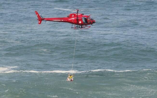 Helicóptero dos bombeiros resgataram três feridos e dois mortos no mar do Rio de Janeiro