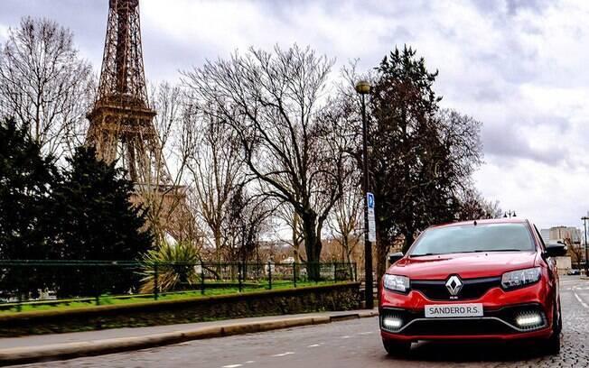 Renault Sandero R.S. desfila pelas ruas de Paris, onde é vendido pela submarca Dacia; veja os detalhes