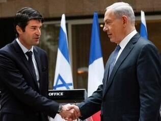 Primeiro-ministro israelense Benjamin Netanyahu (à direita) cumprimenta o embaixador francês em Israel Patrick Maisonnave, em Jerusalém, depois de apresentar suas condolências após o ataque mortal no jornal satírico francês Charlie Hebdo