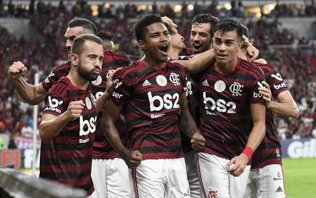 Jogadores do Flamengo comemoram o primeiro gol contra o Atlético-MG