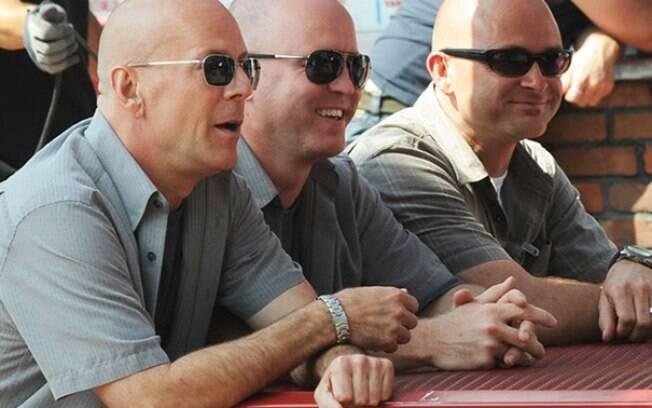 Bruce Willis e seus dublês durante filmagens de Tiras em Apuros