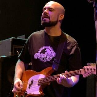 Du Moreira, baixista da banda André Abujamra e os Nerds, nunca teve problemas em ser careca