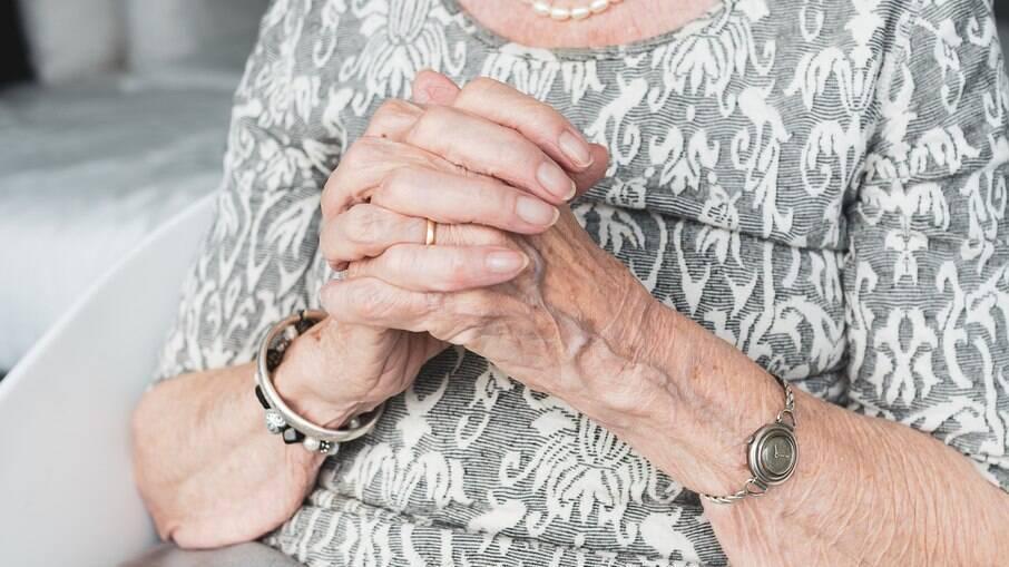 A idosa entregou o bilhete aos funcionários do posto durante a sua vacinação