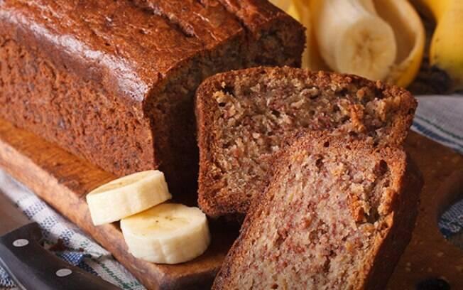 Mais leve e mais saudável, o bolo de banana com aveia é um grande aliado das dietas