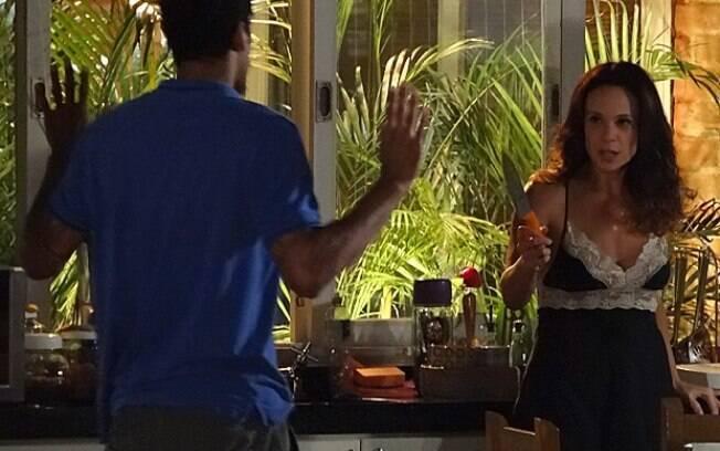 Juliana ameaça Jairo com uma faca após seduzi-lo