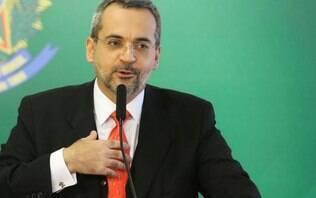 Ministro da Educação toca gaita para servidores em hall de entrada do MEC