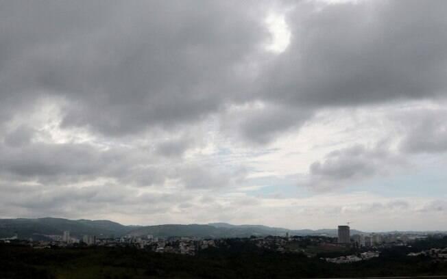 Domingo continua com cu nublado e chances de pancadas de chuva