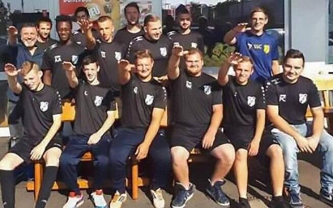 Jogadores são demitidos por fazer saudação nazista em foto de patrocinador