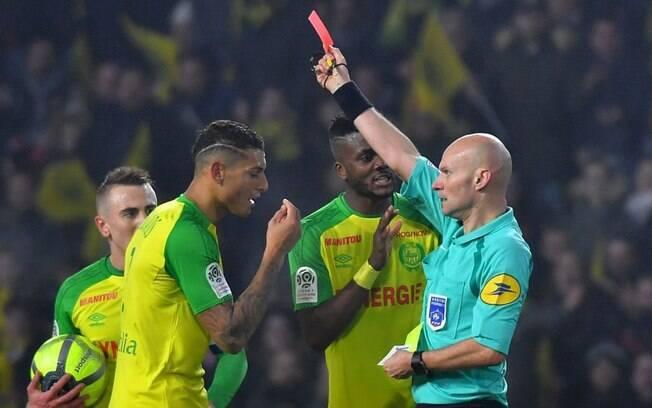 Árbitro Tony Chapron agrediu o jogador brasileiro Diego Carlos, zagueiro do Nantes