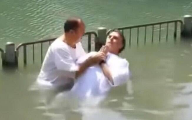 Bolsonaro foi batizado pelo Pastor Everaldo nas águas do Rio Jordão, em Israel, em 2016.