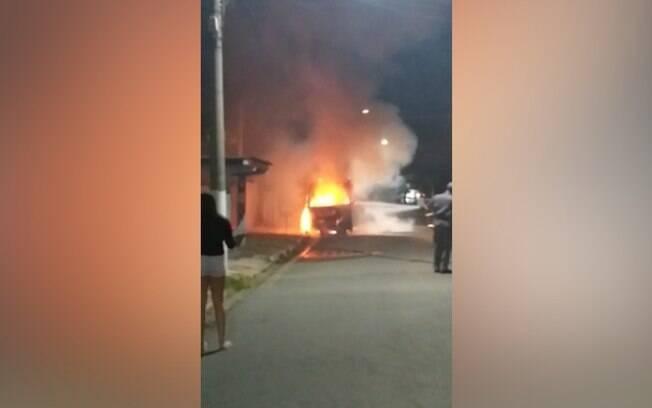 Micro-ônibus pegou fogo na Vila Lemos.