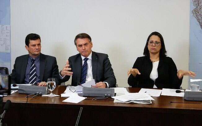 O presidente Jair Bolsonaro afirmou 'não ter problema' com o ministro da Justiça Sergio Moro e que possui 'poder de veto'