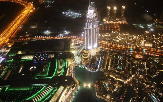 Vista noturna do alto do edifício Burj Khalifa