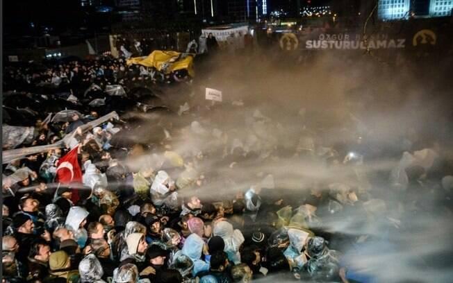 Polícia invadiu prédio de jornal em Istambul e conteve protesto de forma violenta