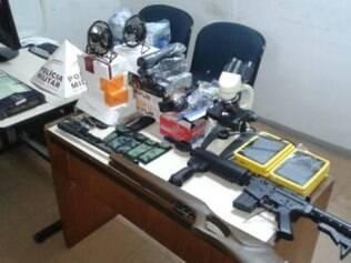 Nove tablets e dez canivetes também foram apreendidos na casa do suspeito.