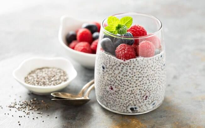 Para conseguir aproveitar todos os benefícios da chia é possível consumir a semente de diversas formas, como gel e farinha