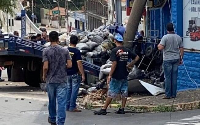 Caminhão com sacos de cimento perde freio e bate em poste em Americana