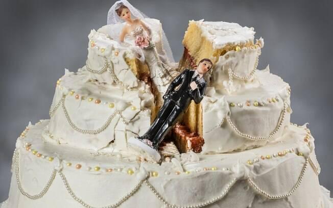 bolo de casamento quebrado e bonequinhos de noivos caindo