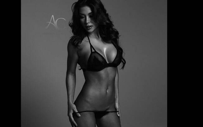 Ring girl Arianny Celeste posta foto sensual na internet