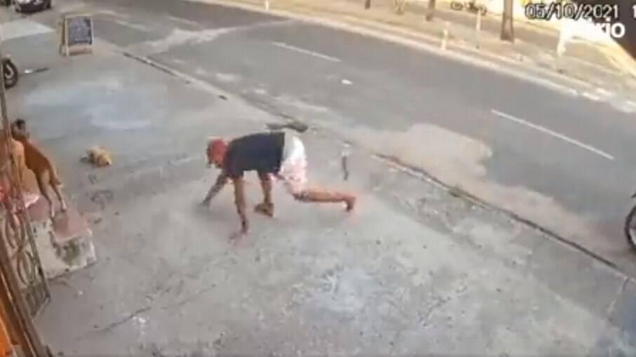 Ladrão tropeça ao descer de moto