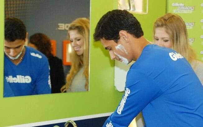 o jogador fez a barba na frente de  jornalistas e alguns fãs que foram o ver em um  evento de beleza masculina