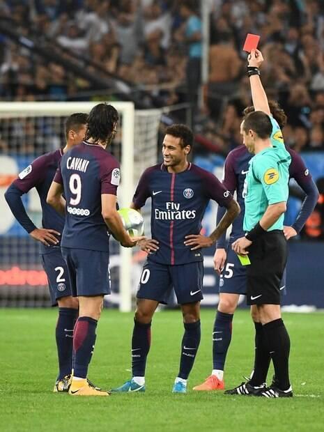 Neymar foi expulso, mas o PSG conseguiu escapar da vitória graças a gol de Cavani no fim