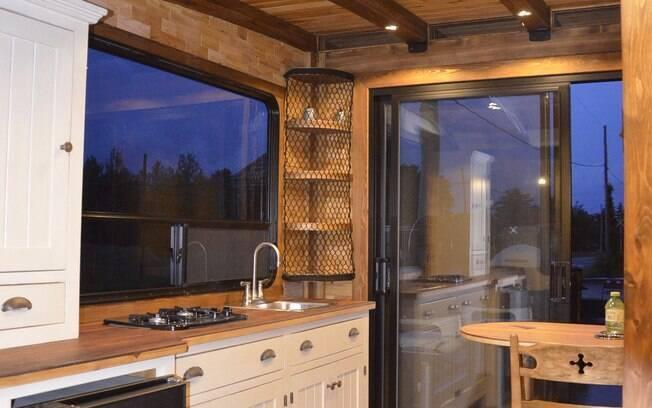 Além do conforto, o peso, os materiais utilizados, os painéis solares e o sistema de filtragem tornam a mini casa sustentável